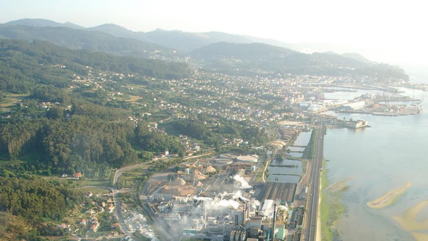 Vista del complejo industrial de ENCE, a orillas de la ría de Pontevedra