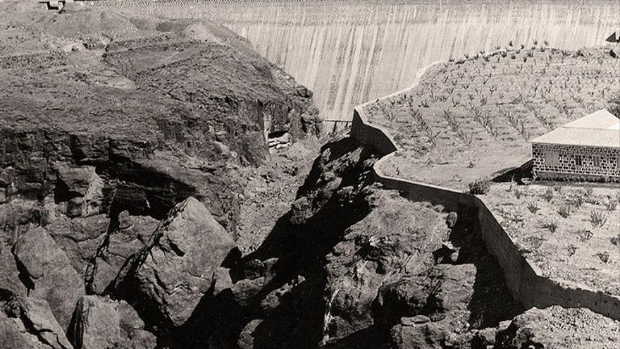 Los Peñones con el muro de la presa al fondo.