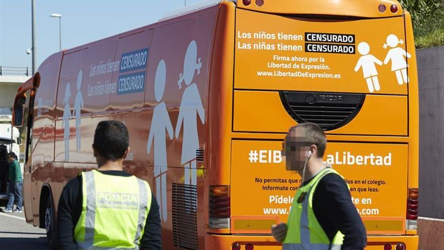 Los Mossos inmovilizan y retiran de la vía pública el autobús transfóbicoPOR LA AP-7 EN MARTORELL