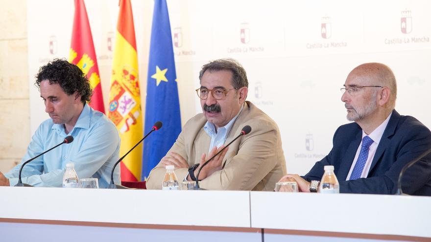 El consejero de Sanidad (en el centro) inaugura la jornada sobre cambio climático y salud