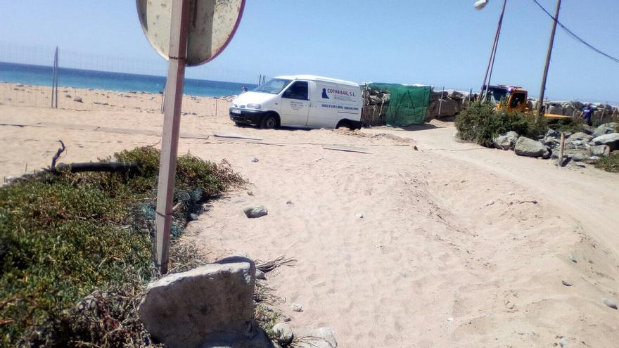 Onalia Bueno prioriza la recuperación de la arena de Costa Alegre frente a la seguridad de los vecinos de Tauro