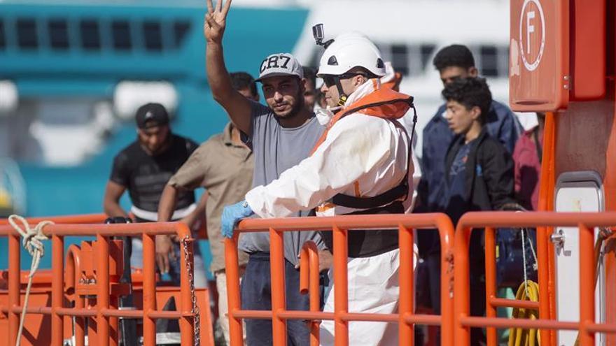 Llegan al puerto de Málaga 15 inmigrantes rescatados de una patera