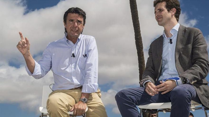 El vicesecretario general de Comunicación del PP, Pablo Casado (d), y el líder de los populares canarios y ministro de Industria, José Manuel Soria (i), durante su intervención en Lanzarote en el acto de la campaña 'cumPPlimos' que ha tenido lugar en las bodegas El Grifo, en La Geria, Lanzarote. (EFE/Javier Fuentes)