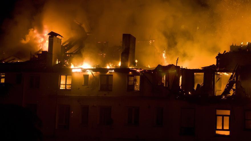 El juez sostiene que el incendio fue consecuencia de un fuego latente no detectado por los bomberos, tal y como denunciaban los vecinos. | JOAQUÍN GÓMEZ SASTRE