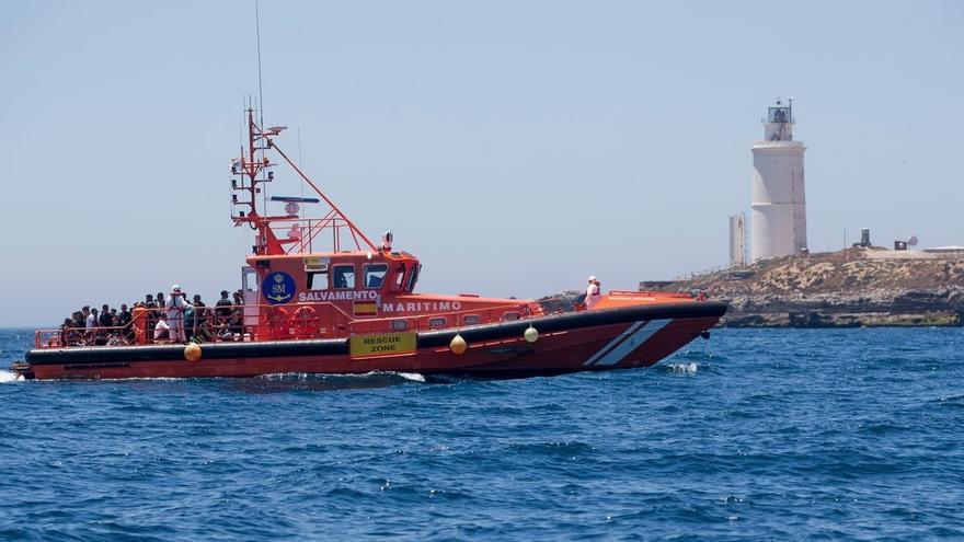 Rescatados 57 migrantes de una patera que navegaba en aguas del Estrecho
