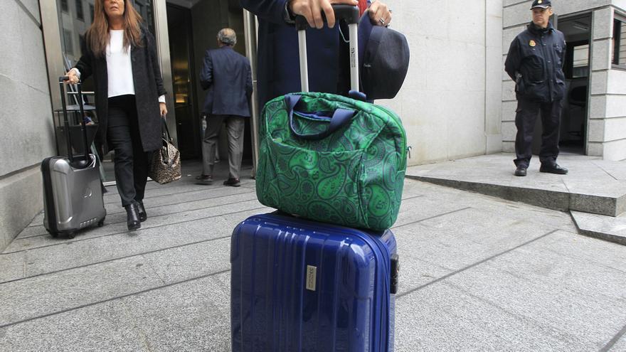 Diputados salen del Congreso con maletas. / Marta Jara