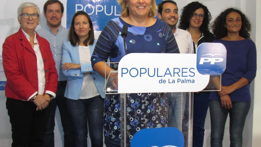 Noelia García y los concejales del PP en Los Llanos, este lunes. Foto: LUZ RODRÍGUEZ.