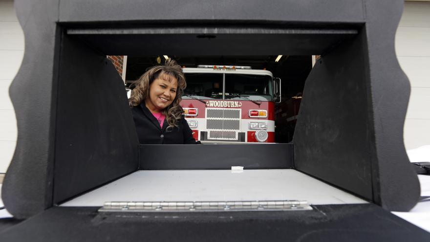 Monica Kelsey posa con un prototipo del buzón para bebés que está instalando en varios puntos de Indiana.