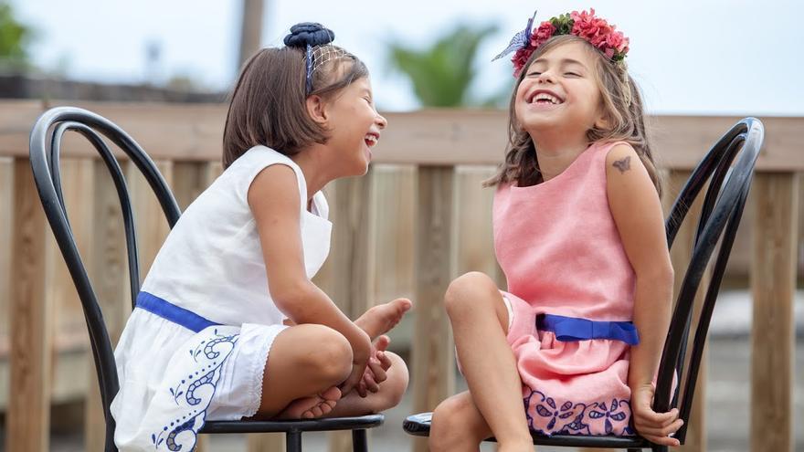 En la imagen, dos niñas lucen vestidos de la colección del Obradoiro de Martina. Foto: DAMIÁN BRITO.