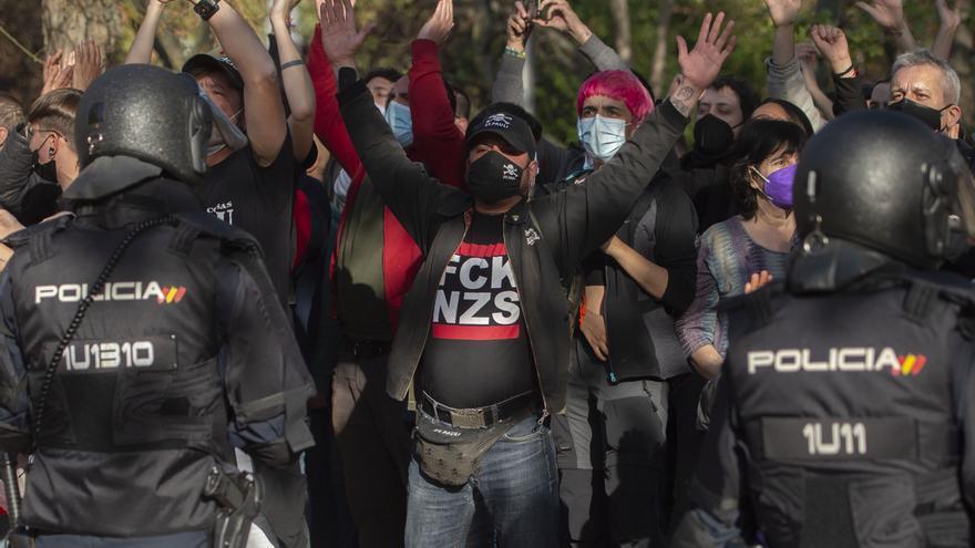 Varias personas protestan por la presencia de Vox en un acto convocado en Vallecas
