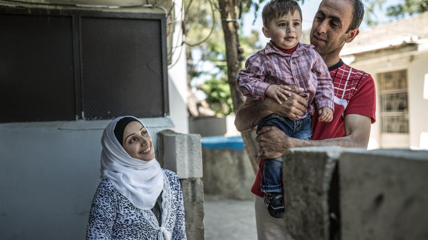 Fotografía: Fatem, Khalil y su hijo Ahmad que nació en Líbano. Los servicios sociales básicos como la atención sanitaria no son de acceso gratuito a las personas refugiadas, obligándolas a pagar altos precios por la atención y los medicamentos. Autor: Pablo Tosco / Oxfam Intermón
