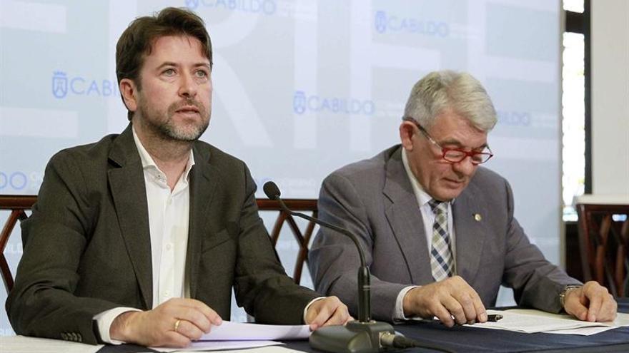 El presidente del Cabildo de Tenerife, Carlos Alonso (i), y el presidente de la Cámara de Comercio de Santa Cruz de Tenerife, José Luis García / Cristóbal García/EFE
