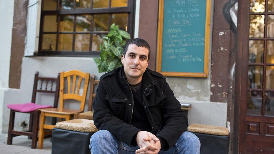 Quim Arrufat, diputado de la CUP en el Parlament, en el barrio barcelonés de Sants / Edu Bayer