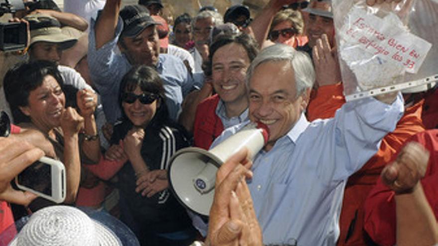 Presidente chileno, Sebastián Piñera, anuncia que los mineros atrapados están vi