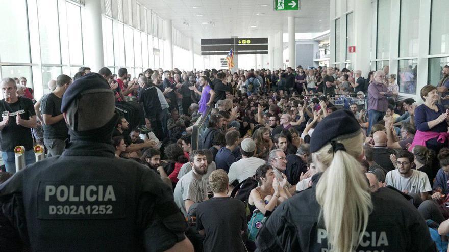 Decenas de personas protestan en el Aeropuerto de Barcelona-El Prat