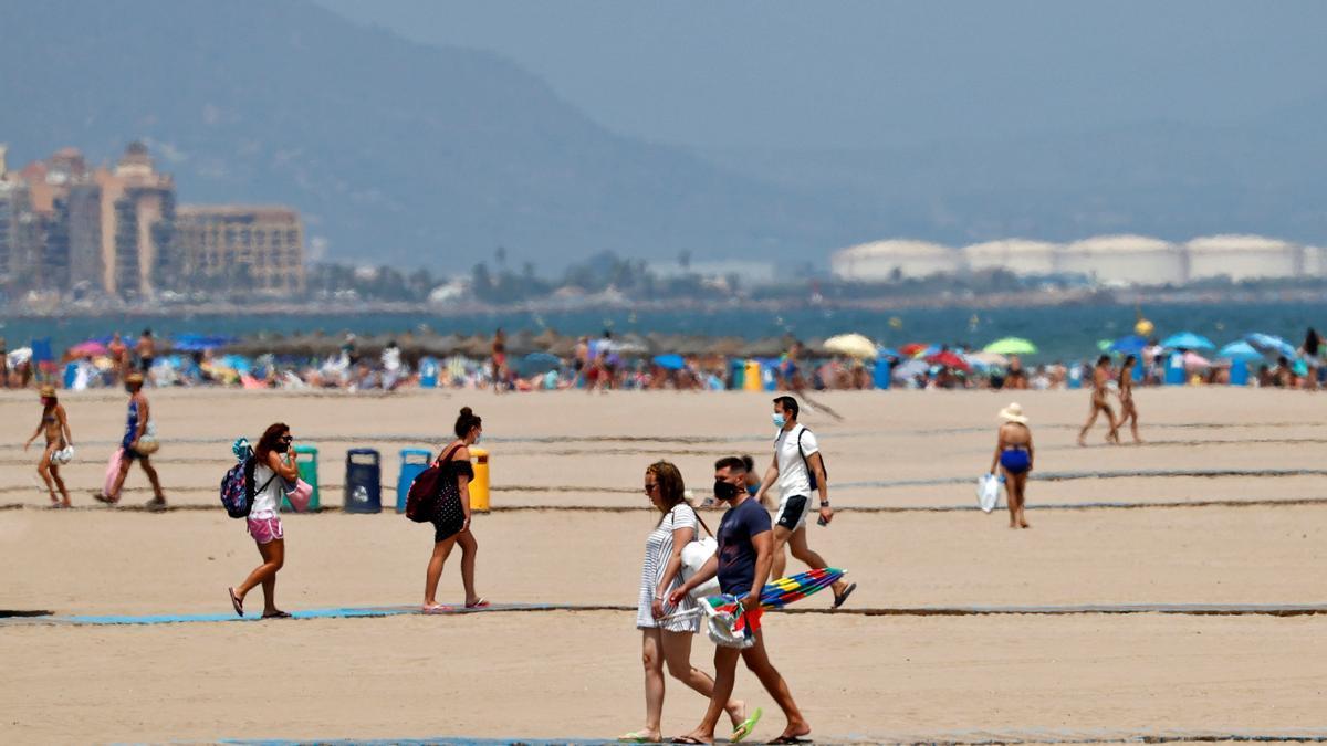 Varias personas caminan por la playa de la Malvarrosa de València. EFE/Manuel Bruque