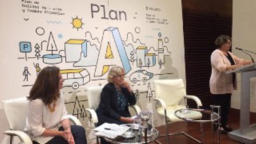 Paz Valiente, directora general de Sostenibilidad; Manuela Carmena, alcaldesa de Madrid, e Inés Sabanés, delegada de Medio Ambiente