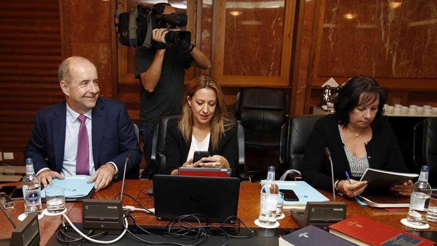 Los consejeros del Gobierno de Canarias de Economía, Pedro Ortega (i), Hacienda, Rosa Dávila (c) y de Educación, Soledad Monzón (d), durante una reunión del consejo de gobierno