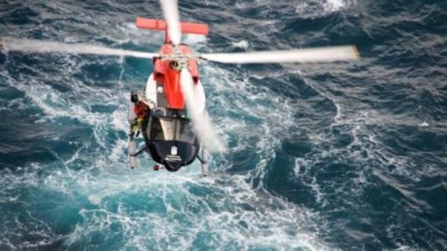 Rescate en el mar canario de un helicóptero del GES