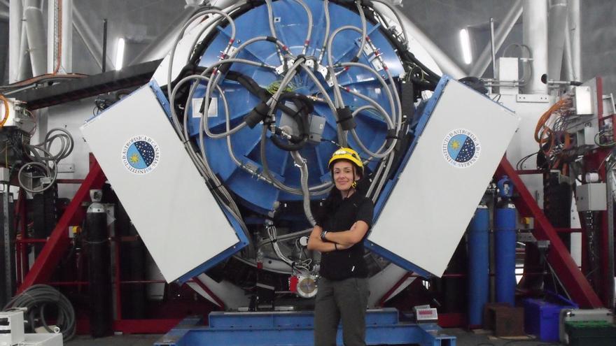 Nieves Castro en la cúpula del GTC, con el instrumento EMIR a su espalda.