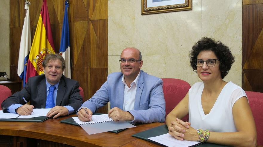Acto de firma del convenio de colaboración entre el Cabildo de La Palma y Radio Ecca.