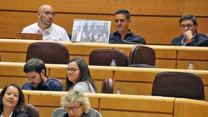 El senador de Compromís Carles Mulet muestra una imagen del gobierno boca abajo