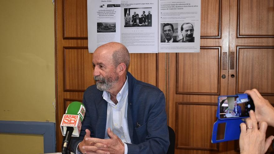 Santiago Pérez, en la rueda de prensa, con recortes de posibles casos de corrupción de CC a su espalda
