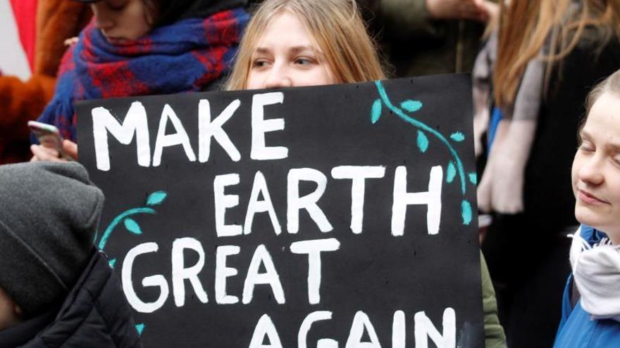 """""""Hacer la Tierra grande otra vez"""", reza un cartel contra el cambio climático, un contrapunto al lema del presidente estadounidense Donald Trump."""