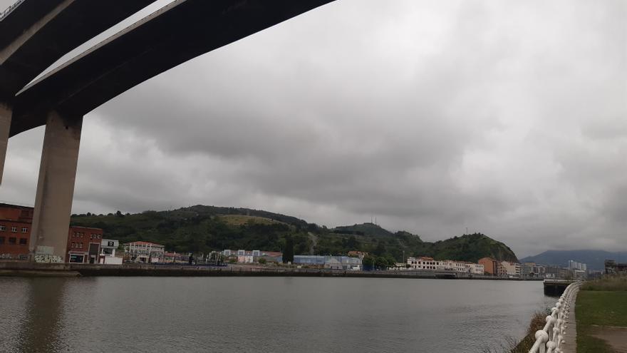 Archivo - Cielos muy nubosos bajo el Puente Rontegi