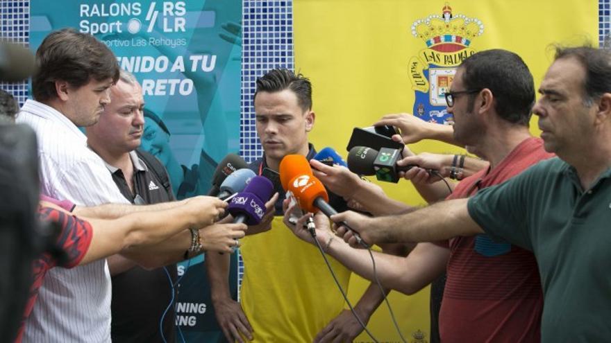 El jugador de la UD Las Palmas, Roque Mesa, atendiendo a los medios a la salida del Centro Deportivo Las Rehoyas.