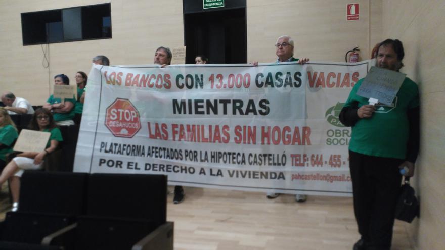 La PAH de Castellón exhibió un cartel de protesta en la asamblea ciudadana convocada por el Ayuntamiento de Castellón.