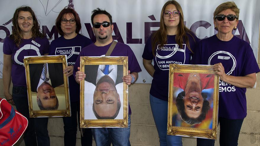 Representantes de Podemos portan las imágenes de los presidentes de la Generalitat y la Diputación y de la alcaldesa de Valencia