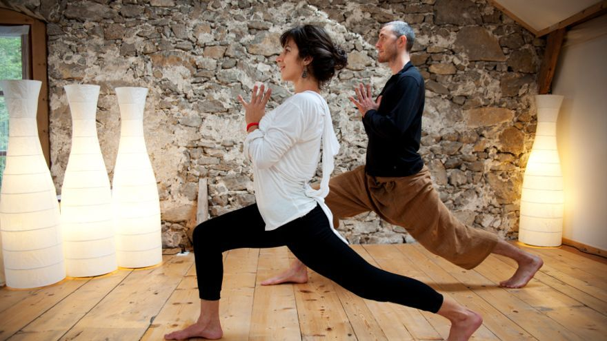 Una sesión de bikram yoga suele durar unos 90 minutos.
