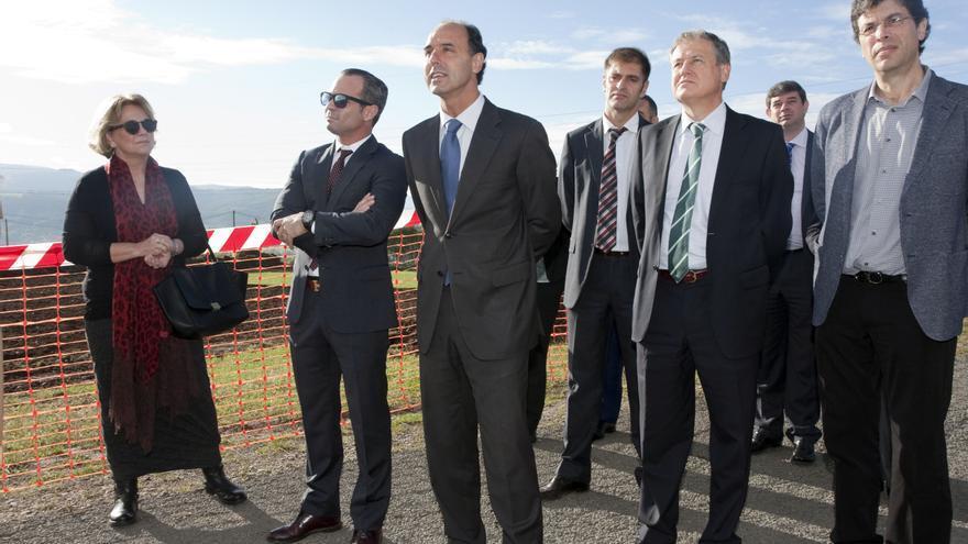 Autoridades y representantes de la empresa constructora, observan la marcha de los trabajos Telecabina