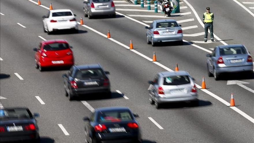 Mucho tráfico en la A-3, única carretera con atascos al inicio de Jueves Santo