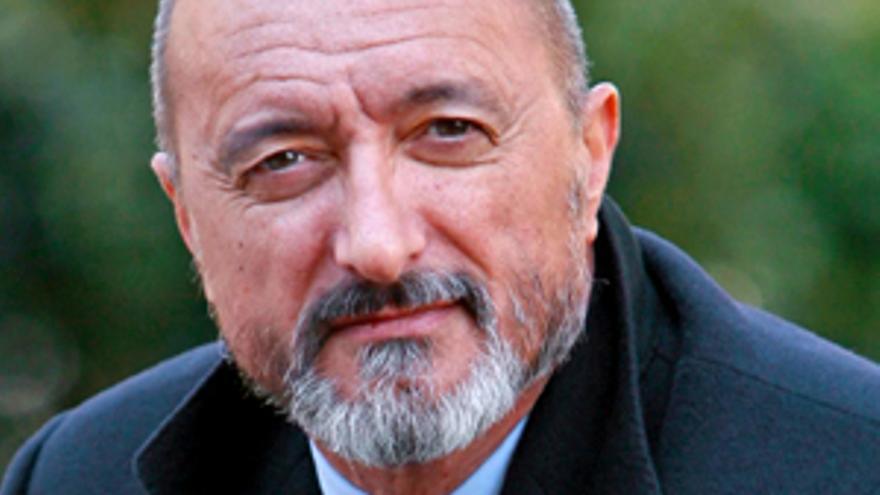 Pérez-Reverte indigna a guionistas de prestigio, tras su crítica a 'Alatriste', y así le contestan