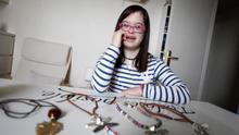 Una joven con síndrome de Down triunfa con su marca de bisutería: Carmelamola