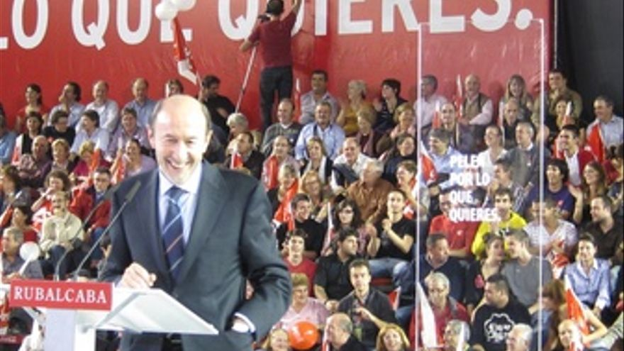 Rubalcaba y Rajoy, en los mítines de fin de campaña. (EUROPA PRESS)