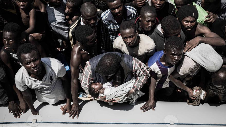 Los equipos de rescate del Bourbon Argos, uno de los barcos de búsqueda y rescate de Médicos Sin Fronteras (MSF), abarloa un balsa de goma antes de proceder al rescate. De las más de 150.000 personas que han llegado a Italia en 2016, un 16% son menores. Fotografía: Christophe Stramba-Badiali/Haytham Pictures.