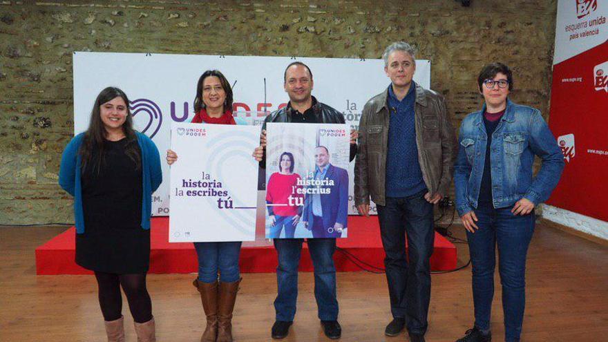 Rubén Martínez Dalmau y Rosa Pérez, en el centro, en la presentación de los carteles electorales.