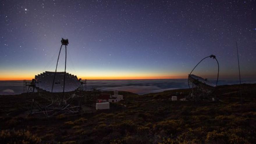 Telescopios Magic I y II, en el Observatorio de El Roque de los Muchachos, en las cumbres de Garafía, al anochecer. Crédito: Daniel López/IAC.
