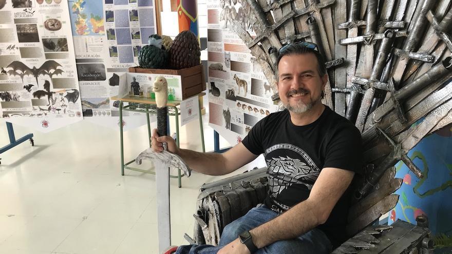 Carlos Lobato posa en el trono de hierro preparado para la asignatura.