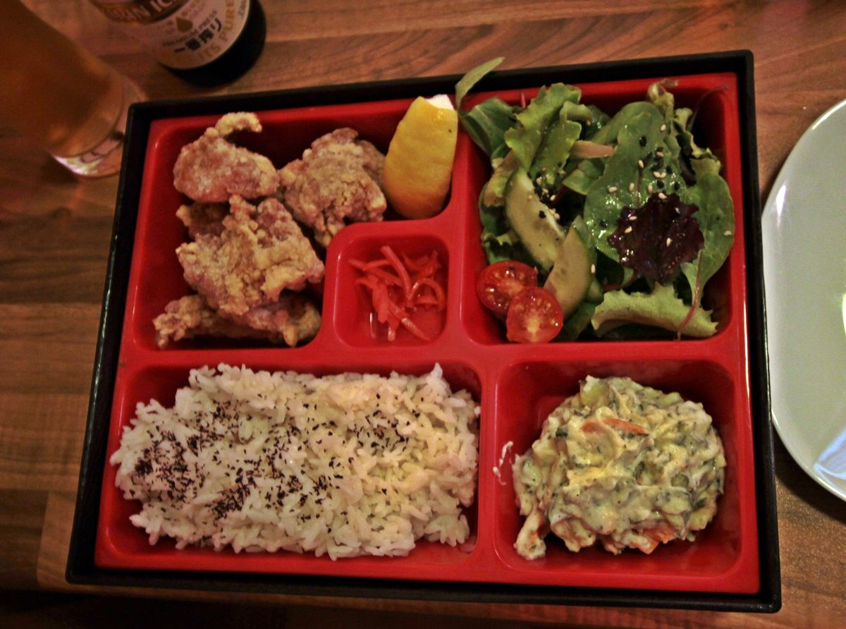 Bento con (de izquierda a derecha) karaage, ensalada, arroz, ensaladilla y jengibre en el centro | R.A.