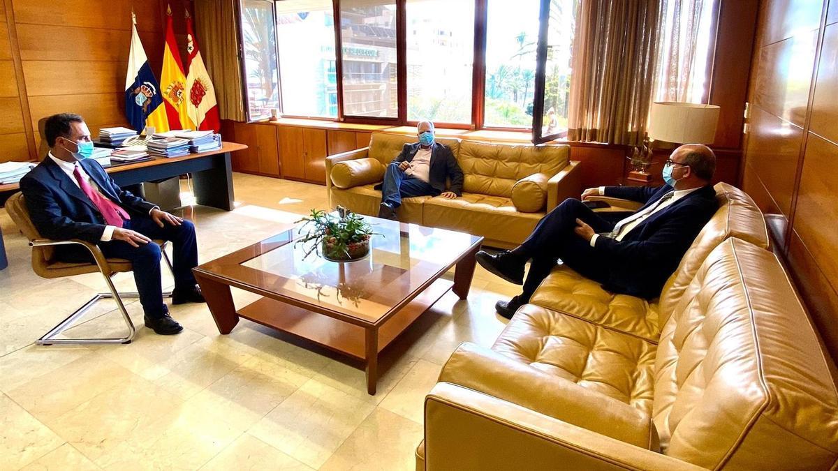 Reunión entre el presidente del Cabildo de La Gomera, Casimiro Curbelo, y el delegado del Gobierno en Canarias, Anselmo Pestana.