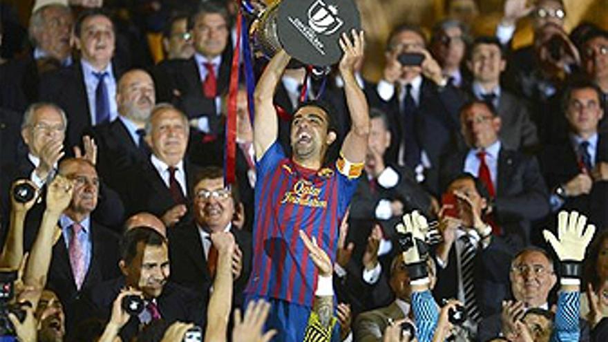 Xavi levanta la Copa del Rey en el Vicente Calderón. (REUTERS/EP)
