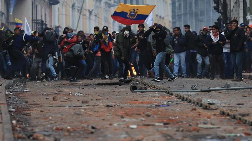 Manifestantes se enfrentan con la Policía durante una jornada de protesta contra las medidas económicas del Gobierno del presidente Lenín Moreno este jueves en Quito (Ecuador).