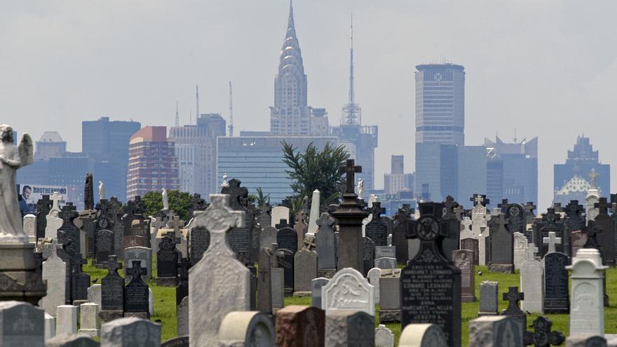 El cementerio de Calvary, en el distrito neoyorquino de Queens, con el paisaje urbano de Manhattan de fondo y el edificio Chrysler en el centro.