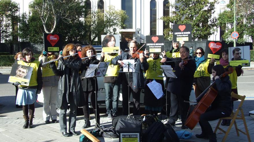 Acto público frente a la Embajada de Rusia en Madrid por la libertad de expresión Sochi 2014 © Amnistía Internacional