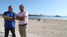 El alcalde de Antigua, Juan José Cazorla, junto al concejal de Playas, Hugo Flavio Estévez.
