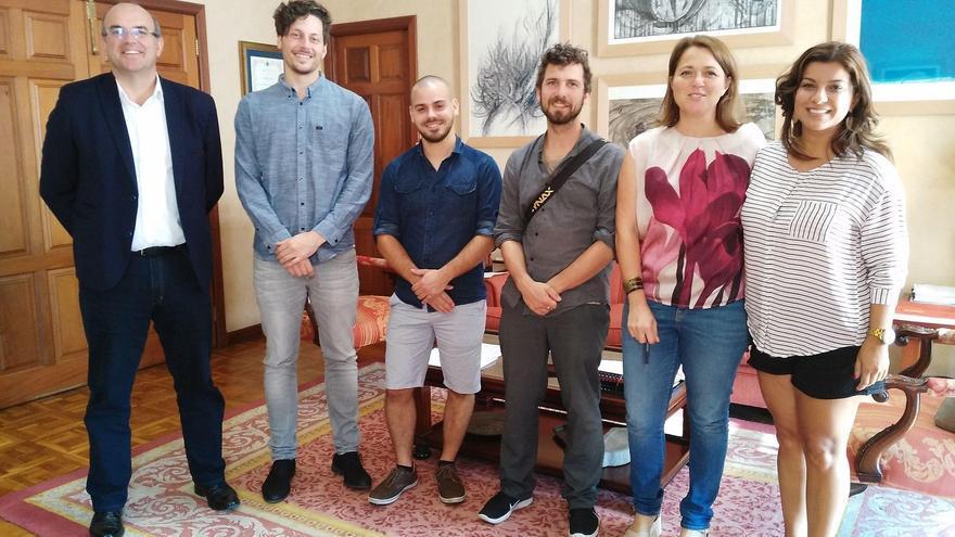 Los tres jóvenes productores alemanes con presidente del Cabildo de La Palma, Anselmo Pestana; la consejera de Turismo, Alicia Vanoostende, y María José Manso, coordinadora de La Palma Film Commission.